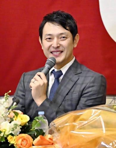 現役引退の記者会見で笑顔を見せる巨人の岩隈(23日)=共同