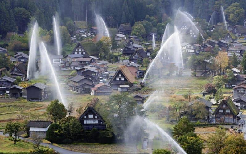紅葉の白川郷に輝く水柱