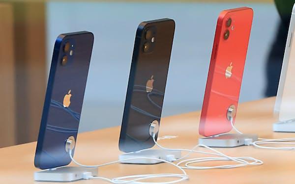 発売された「iPhone 12」(東京都渋谷区のアップル表参道)