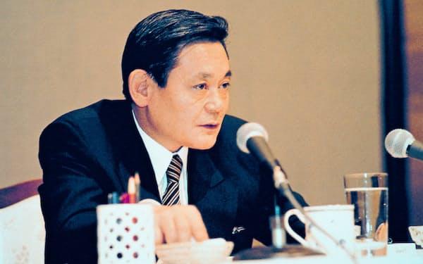 李健熙氏は「妻と子ども以外はすべて変えろ」と厳しい表現で幹部を叱責したこともある(93年、独フランクフルトで)