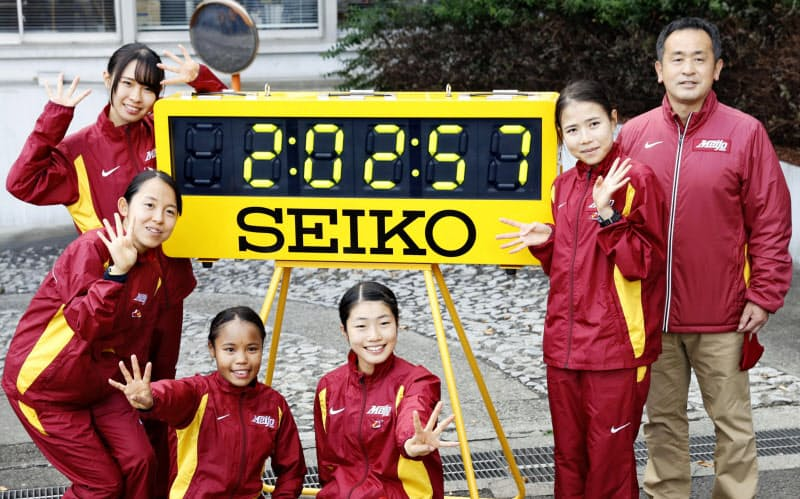 4連覇を果たし、笑顔でポーズをとる名城大の選手たち。右端は米田勝朗監督(25日、仙台市)=共同