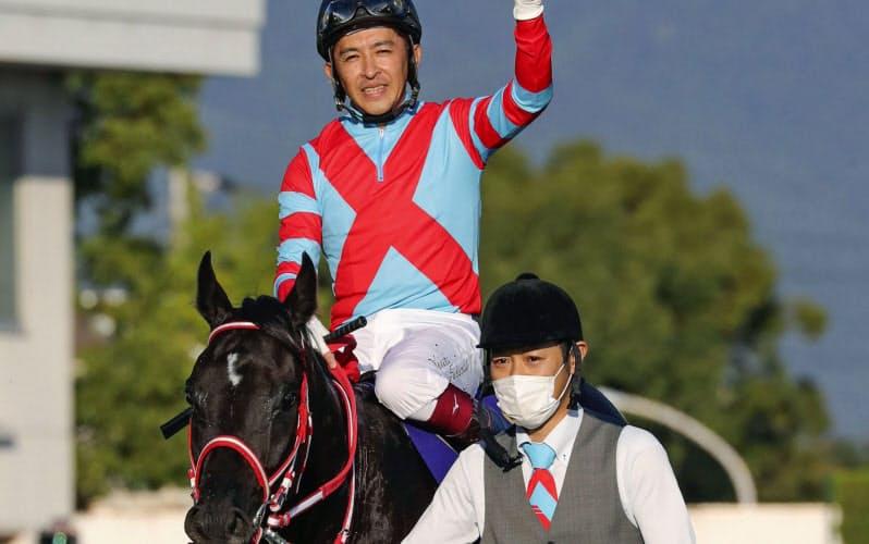 第81回菊花賞を制し、史上3頭目の無敗での3冠を達成したコントレイルと福永祐一騎手=共同