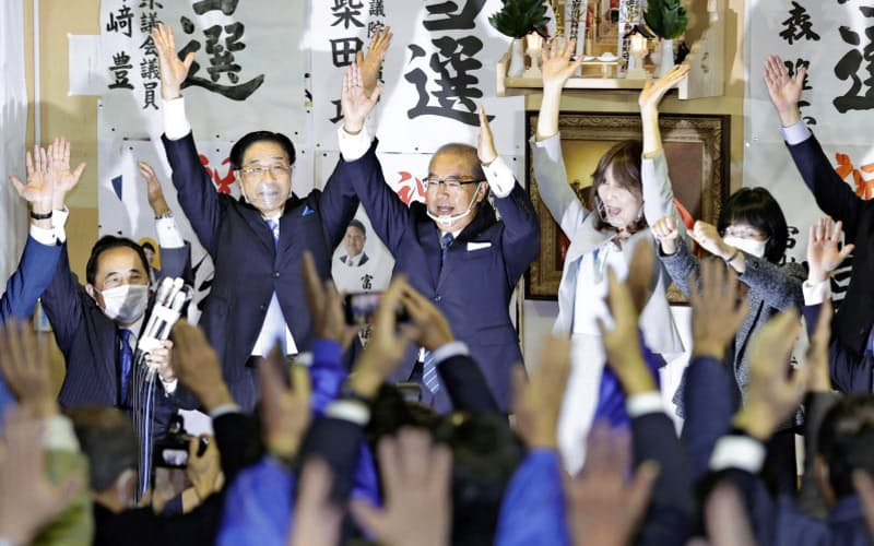 富山県知事選で初当選を決め、支援者と万歳する新田八朗氏(中央、25日夜、富山市)=共同
