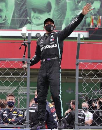 F1ポルトガルGPで歴代単独最多となる92勝目を挙げ、喜ぶメルセデスのルイス・ハミルトン(ポルティマン)=ロイター