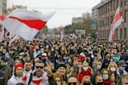 ルカシェンコ大統領の退陣を求める抗議デモ(25日、ミンスク)=AP
