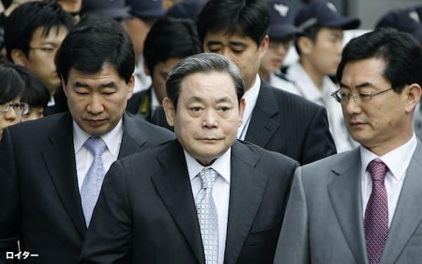 サムスン電子の李健熙会長(中央、2008年撮影)はしばしば韓国で最も影響力の強い人物と称された=ロイター