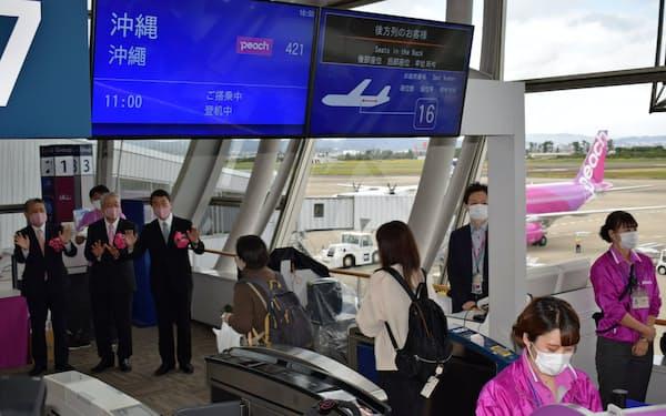 ピーチが就航した仙台─那覇路線には166人が搭乗した(25日、仙台空港)