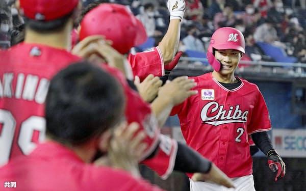1回、先頭打者本塁打を放ちナインに迎えられるロッテ・藤原=共同