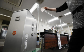 区役所に設置された大阪都構想の賛否を問う住民投票の期日前投票所(10月13日、大阪市中央区)