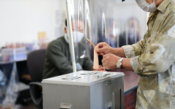 住民投票で期日前投票をする有権者(13日、大阪市中央区)