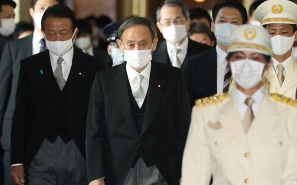 臨時国会の開会式に臨む菅首相(26日)