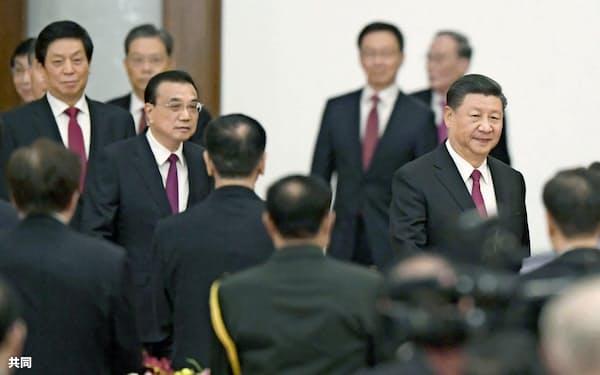 中国の国慶節を祝うレセプションに臨む習近平国家主席(右端)ら指導部=9月、北京の人民大会堂(共同)