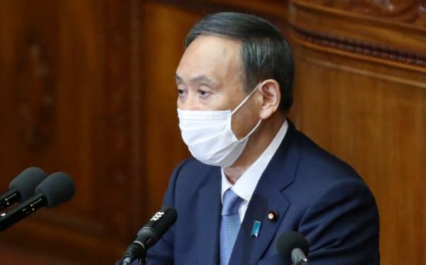 衆院本会議で所信表明演説をする菅首相(26日)
