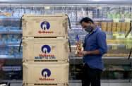 リライアンスによるフューチャー・グループの小売業の買収は不透明感を増してきた(10月、ムンバイ)=ロイター