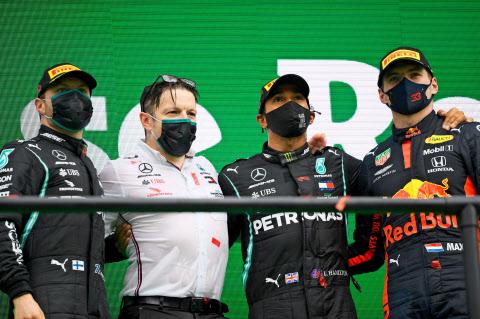 F1ポルトガル・グランプリを優勝し、チームメイトらと表彰台で喜ぶルイス・ハミルトン(右から2人目)=ロイター