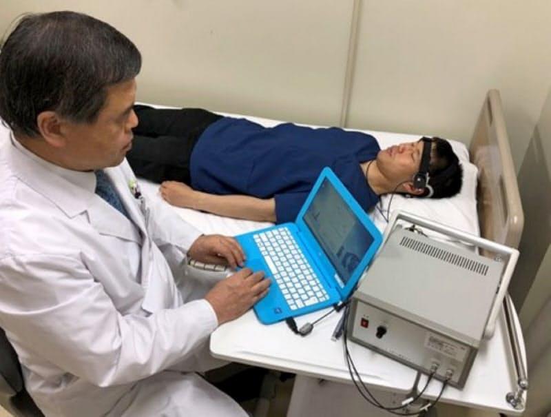 低出力の超音波で認知症を治療する(模擬治療の様子)