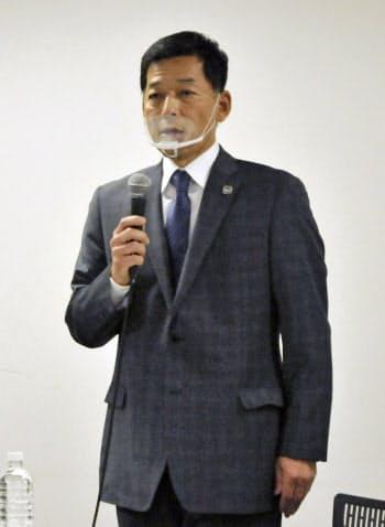 記者会見するガンバ大阪の小野忠史社長(26日、大阪府吹田市)=共同