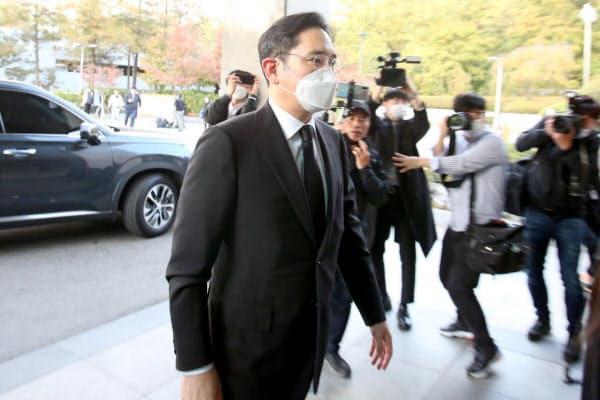 李健熙氏の死を受けて弔問会場に入る李在鎔氏(25日、ソウル市)=聯合ニュース