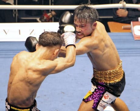 バンタム級ノンタイトル10回戦で堤聖也(左)を攻める比嘉大吾(26日、後楽園ホール)=共同
