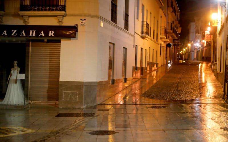 夜間の外出制限で無人となったスペインの街=ロイター