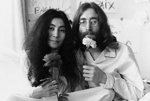 世界平和を訴え続けたオノ・ヨーコさん(左)とジョン・レノン(1969年、モントリオールで「ベッドイン」 Photo by Ivor Sharp (C)Yoko Ono)