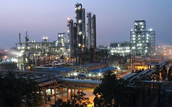 巨化集団の工場で技術の有効性を調べる(浙江省)