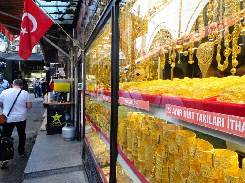 イスタンブール旧市街の名所、グランドバザールでは金の取引が活況を呈している