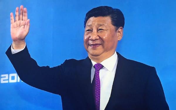 毛沢東銅像と似たポーズをとる習近平国家主席(北京展覧館の展示から)