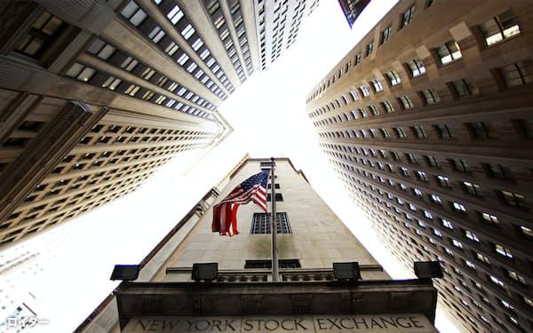 星条旗を掲げたニューヨーク証券取引所の建物=ロイター