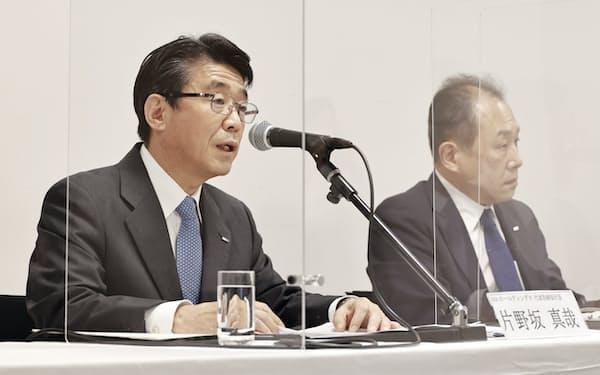 記者会見するANAホールディングスの片野坂真哉社長(左)(27日、東京都港区)