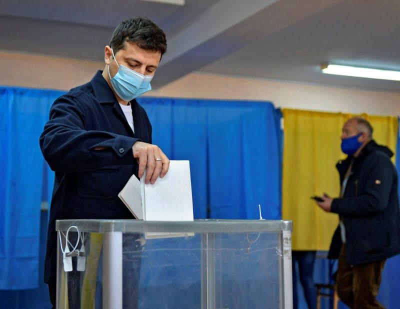 ウクライナの統一地方選で投票するゼレンスキー大統領(25日、キエフ)=ロイター