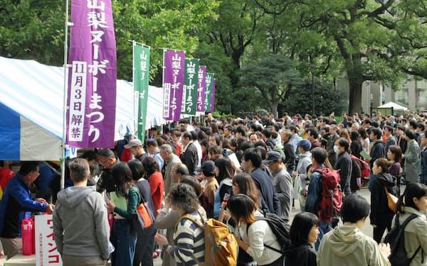 約1万人が訪れ試飲を楽しんだ山梨ヌーボーまつり(2019年11月3日、東京・日比谷公園)