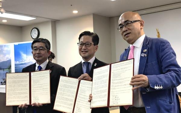 大阪観光局と高知県、高知県観光コンベンション協会は包括連携協定を結んだ(27日、大阪市)