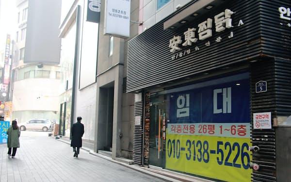 ソウルの繁華街、明洞では人通りが少なくなり、空き店舗が急増する