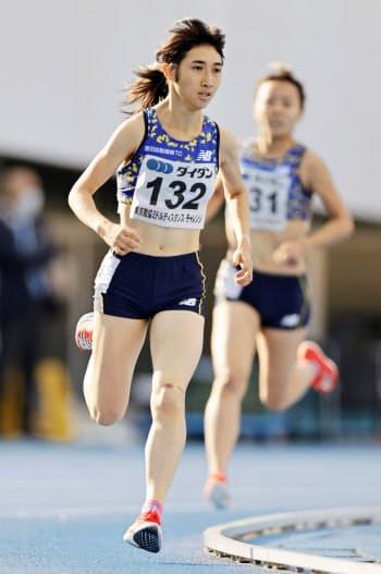 女子1500メートル 4分10秒41で快勝した田中希実(27日、駒沢陸上競技場)=共同
