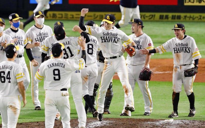 3年ぶりのパ・リーグ優勝を決め喜ぶソフトバンクナイン(27日、福岡市のペイペイドーム)=共同