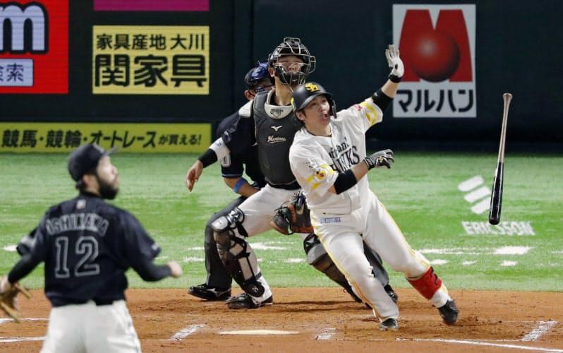 6回ソフトバンク2死三塁、甲斐が左越えに2ランを放つ。投手石川、捕手田村(27日、ペイペイドーム)=共同