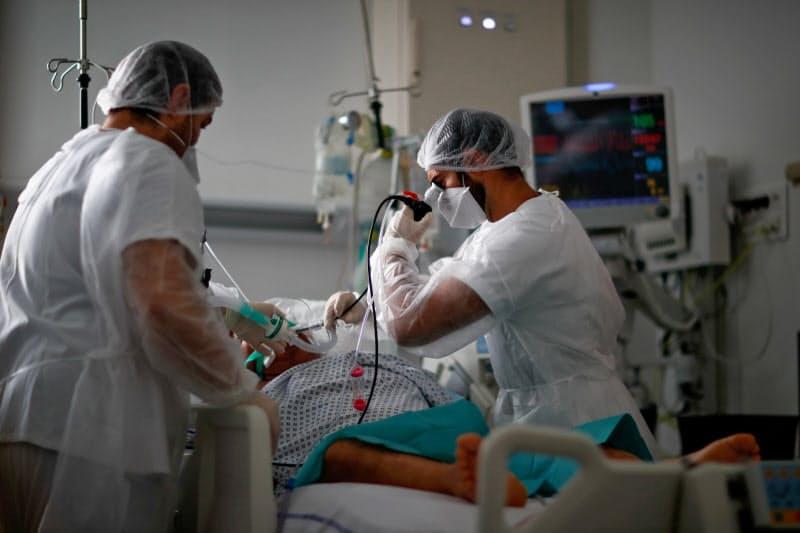 フランスでは新型コロナウイルスによる死者が増えている(26日、パリ郊外の病院)=ロイター