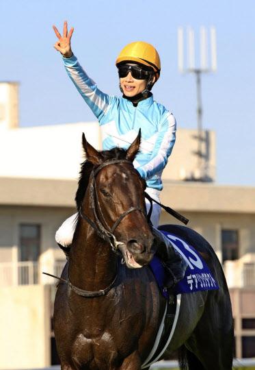 騎手の松山はデアリングタクトについて、年長馬相手にも「引けをとらない」と語る=共同