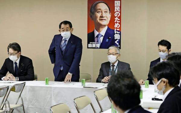 自民党の日本学術会議に関するPT役員会であいさつする塩谷立座長(左から2人目。28日、党本部)=共同