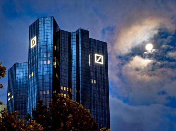 経営再建を急ぐドイツ銀行本店(フランクフルト)=AP