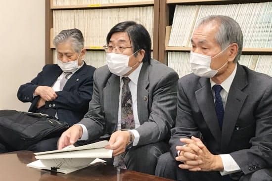 記者会見する原告ら(28日午後、名古屋市)