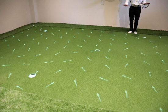 パッティングルームではグリーンに傾斜が投影される