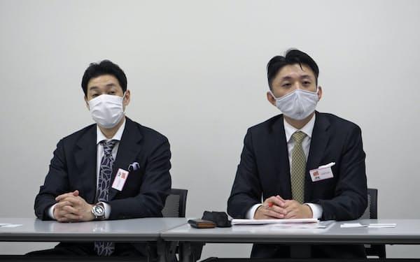 記者会見する、さくらさくプラスの西尾義隆社長(写真右、28日)
