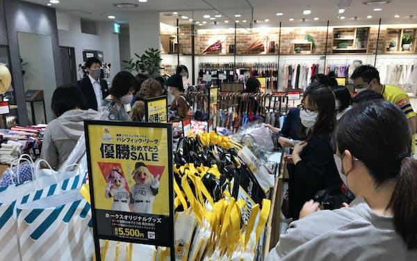 大丸福岡天神店ではセール品を求めて多くの人が集まった(28日、福岡市)