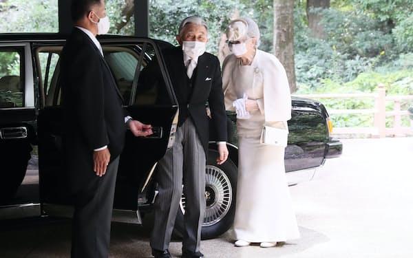 明治神宮ミュージアムに到着した上皇ご夫妻(28日、東京都渋谷区)