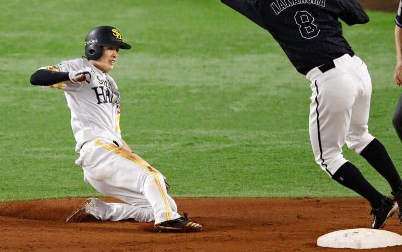 3回ソフトバンク2死一塁、打者川島のとき、二盗を決める周東。二塁手中村奨。11試合連続盗塁のプロ野球記録に並んだ(28日、ペイペイドーム)=共同