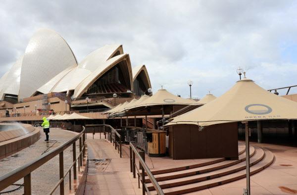 入国者が途絶え閑散とするシドニーのオペラハウス前(3月26日)