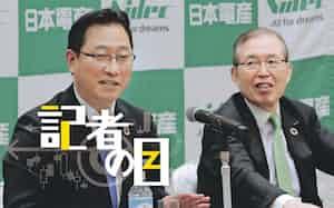 日本電産は関社長(左)と永守会長兼CEOのツートップ体制で改革を進める(2月)