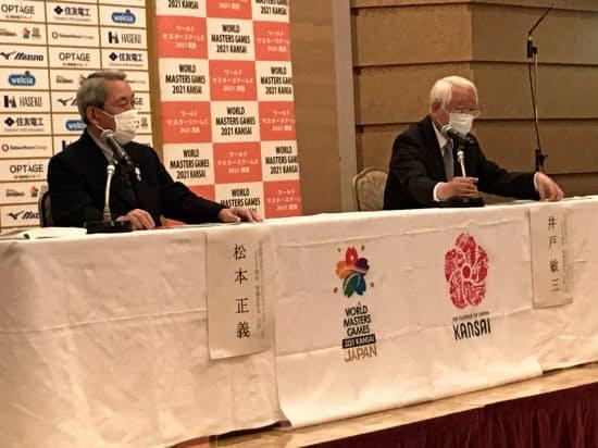 記者会見する井戸・兵庫県知事(右)と松本・関経連会長(28日、大阪市)